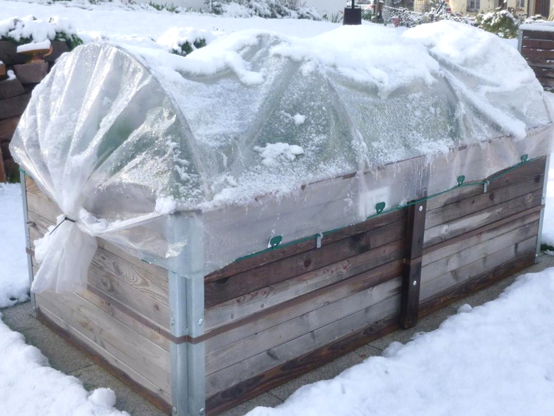 Hochbeet mit Folientunnelaufsatz im Winter